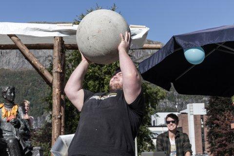 IKKJE MIST! Festivalens sterkaste mann. Kent Marius Espedal demonstrerte løft av ein såkalla atlas-stein som veg 100 kilo. Espedal løfta den over hovudet til gisp frå publikum.