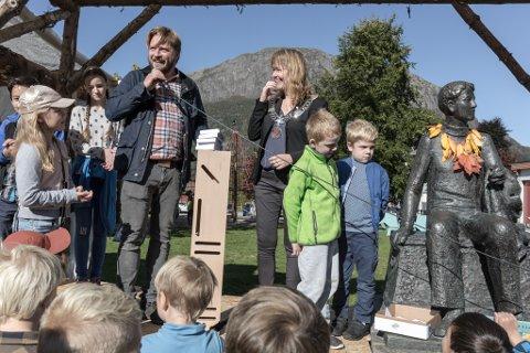 STRÅLANDE: Festivalarrangør Torkil Sandsund og ordførar Gunhild Berge Stang saman med nokre av elevane som lagde tidskapsel til 2117.