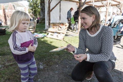 ...fekk boka igjen. Leonora valde ei Bæ&Bø-bok frå bytebua til Teaterfestivalen.