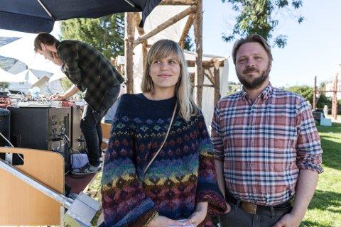 FEMTE GONGEN: Radarparet Miriam Prestøy Lie og Torkil Sandsund arrangerer festivalen i lag med Ingrid Hansen, (ikkje til stades då bildet vart tatt)