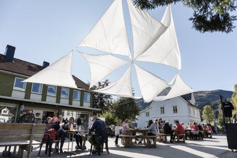 SELVE DALE: Dale synte seg frå si beste side under Teaterfestivalen i Fjaler for 2017. Store segl vart hengde opp for å gi litt skugge til dei mange spisegjestane som forsynte seg frå mat-tilboda.