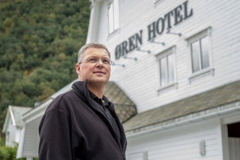 GOD ORDNING: Frode Øren, dagleg leiar av Øren hotel i Høyanger, meiner ordninga gir tryggleik dersom det skulle oppstå smitte fordi det vil vere enklare å spore smitten.