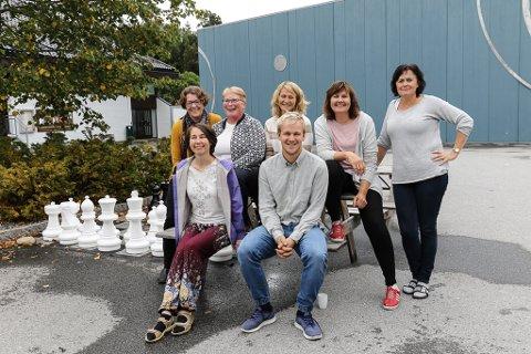 NYE: Dette er sju av lærarane rektor Hallgeir Hansen har tilsett i år. Frå venstre bak: Hilde Hoddevik, Liv Margrethe Eikeberg, Ingvill Aske Granheim, Kari Lysgård, Anne Lene Norddstrand. Framme frå venstre: Diana Uribe, Eirik Tengesdal.