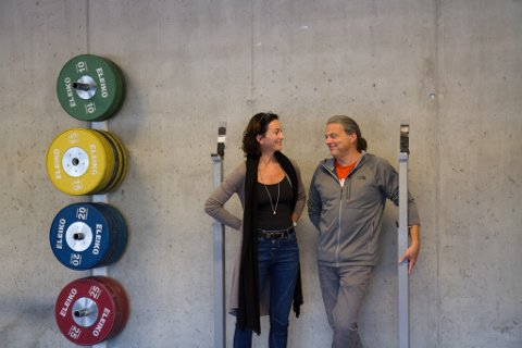 IDENTITET: Leiar i vektløftargruppa i Naustdal, Jørn Helgheim, meiner aktiviteten er identiteten til bygda. Her med rektor Gunn Marit Haugsbø.