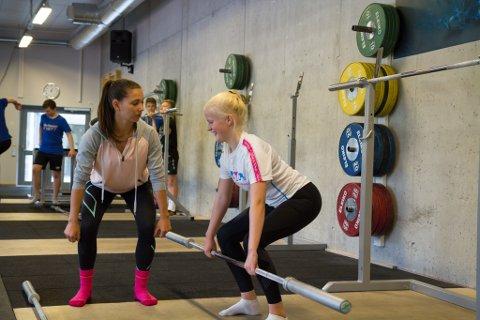 ERFAREN: Læraren for det nye valfaget er Sandra Trædal, som har lang erfaring med vektløfting og har meir enn ein premie til å støtte under.