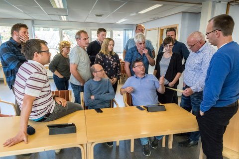 «GRUPPEMØTE»: Arbeidarpartiet, Høgre, Sosialistisk venstreparti, fire frå Senterpartiet og Richard Skår frå Venstre sikra fleirtal mot å leige ut Hellevik skule. Ståande frå venstre: Joachim Janninge (SV), Laila Svorstøl (V), Odd Helge Aase (H), Richard Skår (V)bakerst i svart gensar), Katrine Vesterås (Ap), Eivind Antonisen (H) - bakerst delvis skjult bak Magnus Løvik Ap, Øystein Osland (Sp) -delvis skjult bak Kjersti Engvik Nygaard (Ap), Ole Jacob Nedrebø (Sp), og Kjetil Fristad (Ap).  Sitjande frå venstre: Kjartan Habbestad (Ap - sitjande på bordet), Leif Jarle Espedal (Ap) og Arve Helle (Ap).
