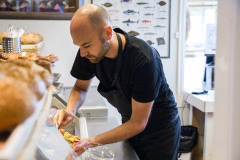 FOKUS PÅ RÅVARER: Eirik Loftheim, medeigar i Askvoll Sjømat og Delikatesser, seier suksessen til bedrifta ligg hos dei tilsette, og strategien dei følger i butikken: – Vi jobbar for å gi ei god oppleving, med gode og ferske råvarer.