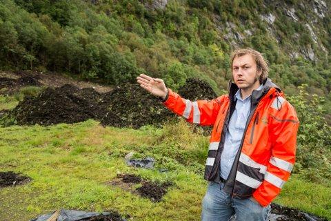 AVFALL: – Det vi trudde var kompost, syner seg å vere avfall. Saman med Fylkesmannens miljøvernavdeling jobbar vi for å finne den beste løysinga på problemet, seier Henning Tjørhom som er dagleg leiar i Sunnfjord miljøverk IKS (SUM). Han starta i jobben 31. august 2016, og har fått oppgåva med å rydde opp i SUMs gamle synder.