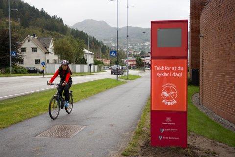 TEL SYKLISTAR: Denne skal telje forbipasserande syklistar og vise talet på displayet. Den er ein av åtte teljarar i Førde, som elles ligg gøymd under bakken.