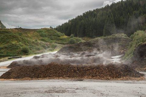 KOMPOST: Naboar til SUMs anlegg i Hesjedalen har stundom opplevd sterk lukt/stank frå kompostering av slam. No importerer SUM bark frå Austlandet for å freiste å bøte på problemet. (Arkivfoto.)
