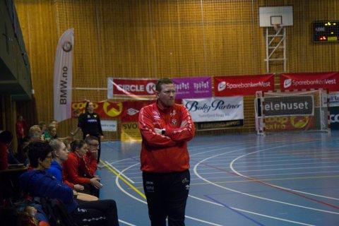 BETENKT: Trenar Kristinn Gudmundsson såg betenkt ut mot slutten av kampen.