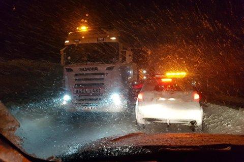 SNØ OG VIND: Det bles kraftig og snøar over Filefjell måndag kveld.
