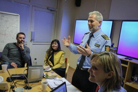 GÅR I GANG: Politileiar Arne Johannessen gler seg over engasjementet for å få til Barnehuset. T.v. Øystein Furnes, leiaren for overgrepsmottaket i Førde, og leiaren for Barnehuset i Bergen, Kristin Fjell.
