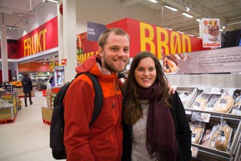 LENGER OPNINGSTID: Rik Christiaanse (29), frå Nederland, og Marita Hovland Evensen (28) frå Førde, er for lenger opningstid av alkoholsal i butikkane.
