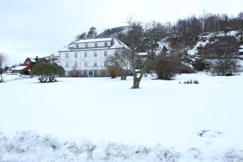NYE HUS: Reguleringsplan for området på Røyset der det gamle rådhuset i Askvoll ligg, er lagt ut til høyring. Det gamle huset skal etter planen erstattast av eit bygg med ni bustader.
