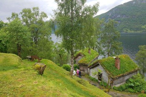 MUSEUM: Astruptunet ligg på sørsida av Jølstravatnet.