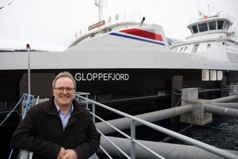 ALLIERER SEG MED NSB: Fjord1-toppsjef Dagfinn Neteland framfor den nye batteriferja Gloppefjord på strekninga Anda-Lote.