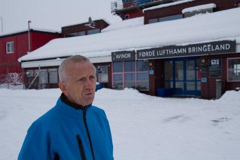 DÅRLEG SKILTING: Oddleiv Hjellum på parkeringa utanfor Bringeland. Han reagerer på skiltinga.