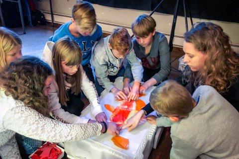 FÅR HJELP: Elevar på 5.-7. trinn ved Hyen Skule lagar ein uer saman med kunstnar og pedagog Kari Prestgaard.
