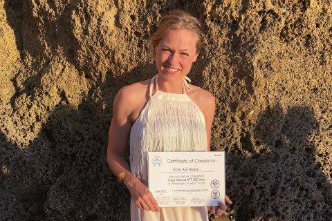 PORTUGAL: Katja Ann Nielsen frå Førde har nyleg vore i Portugal for å bli yoga-instruktør. No vil ho bruke det ho har lært til å undervise. – Yoga gjer deg mange reiskaper i livet, som å kommunisere betre med deg sjølv og dei rundt deg, seier ho.