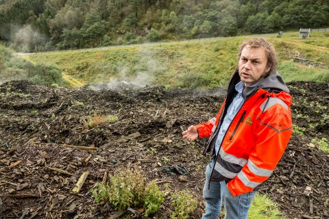 VI MÅ BETALE MEIR: Henning Tjørhom, dagleg leiar i Sunnfjord miljøverk (SUM), seier gebyra må opp neste år. For enkelte kan det bli 850 kroner meir å betale.