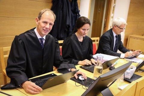 I  RETTEN: – Retten skulle avvist denne saka, hevdar BKKs advokat, Filip Truyen (t.v.). Med seg i tingretten hadde han Pia Schjøtt og Jon Aadland, alle frå Wikborg og Rein Advokatfirma.