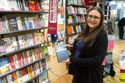 EINASTE EKSEMPLAR: Butikksjef Gro Anette Vatne på Norli på Elvetorget er einaste bokforhandlar med Sivert Nesbø si nyaste bok.