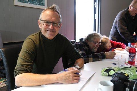 200 BØKER TIL SIGNERING: Forfattar av boka Søsken til evig tid, Ivar Longvastøl, blei sittande i fire timar laurdag og signere bøker saman med Magnar og Oddny Kleiva.