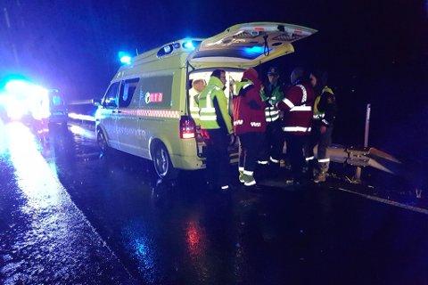 STOR AKSJON: Eit stort aparat er mobilisert i søket etter ein sakna person, etter at ein båt gjekk ned i Gloppefjorden.