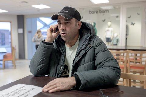 DOM: Her snakkar Jalal med ein ven, og får vite at tapte saka i Oslo Tingrett. Dei gav medhald til UDI sitt vedtak om at han ikkje skal få løyve til å arbeide.