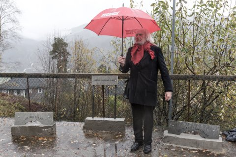 UNNSKULDAR: Stig Eikaas beklagar at han sette opp desse skilta utan å spørje kommunen.