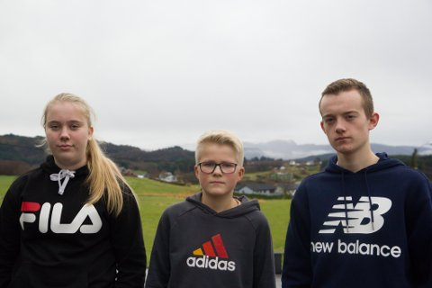 MOBBING: Elevrådet oppmodar medelevar til å halde seg unna mobbeappane. F.v. Sanne Rivedal Ask (14), Jostein Øvreås (12), Martin England (15).