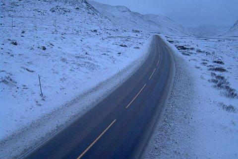 SNØ: Slik såg det ut på riksveg 52 over Hemsedalsfjellet klokka 08.18 fredag morgon. Dette er 1140 meter over havet.
