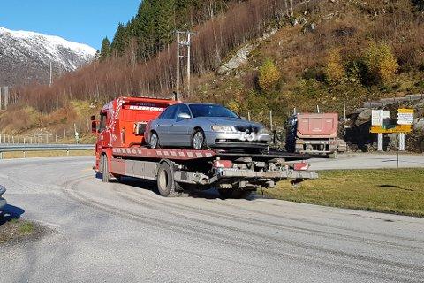 BILEN ER FJERNA: Her har bergingsbilen fått bilen som stod i Jølstravatnet på plass på planet. Bilen skal undersøkast av krimteknikkarar over helga.