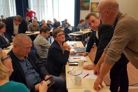 KrF: Frå det ekstraordinære landsmøtet på Skei. Frå venstre: Beate Bondevik Lie (Luster), Geir Jørgen Bekkevold (Telemark), Trude Brosvik (Gulen), David Jørgensen ( administrerande seekretær), Stein Robert Osdal (Selje) og Stig Bakke (Bremanger).