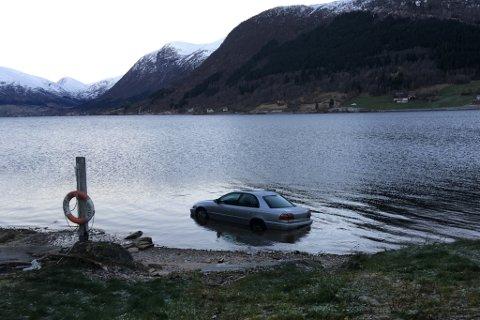 KVEN STAL BILEN? Politiet ber folk om å komme med tips dersom dei har obsertvert bilen eller den som køyrde bilen før han hamna i Jølstravatnet.
