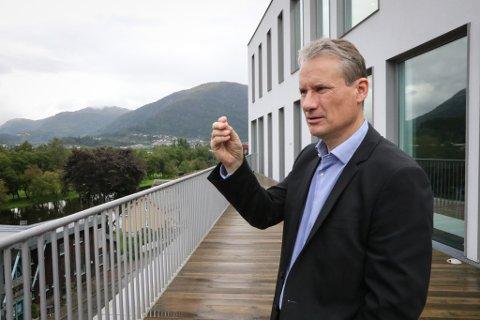 UTOLMODIG: Olve Grotle (H); ordførar i Sunnfjord kommune, forventar at regjeringa ordnar opp. Kommunen har framleis ikkje fått kompensert nesten ni millionar kroner slik departementet har lova.