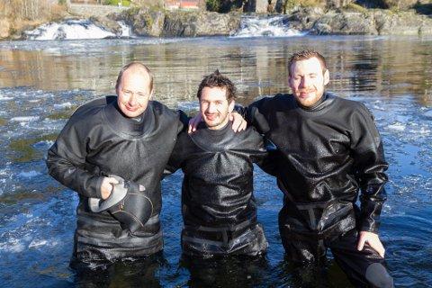 LITT KALDE: Helge Skoglund, Sebastian Stranzl og Christoph Postler frå forskringsselskapet NORCE (Norwegian Research Centre AS) er ute på ein omfattande dykkejobb i elver på Vestlandet. Espen Olsen Espedal var også med, men er ikkje på bildet.