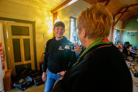 Kulturminister Trine Skei Grande tar bilde av arrangementssjef for bLAN Markus Bjørnereim (23)