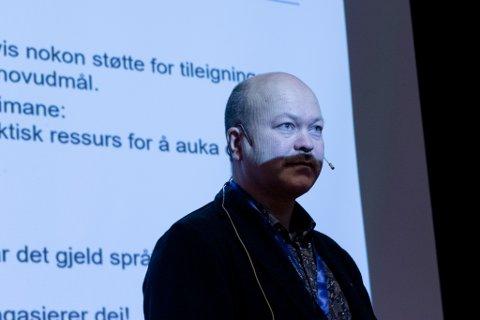 FORSKAR: Øystein Vangsnes la fram forskingsfunn under språkkonferansen «Treng vi norsk?» i Førde. Forskinga syner at det går nedover med Nynorskgutane sitt språknivå.