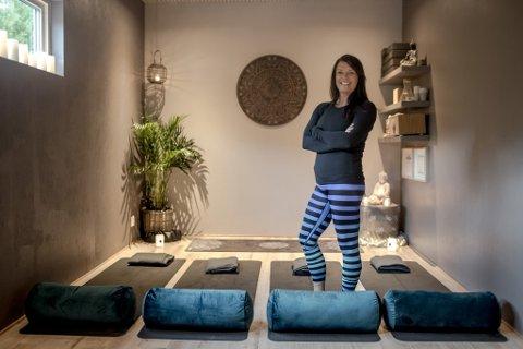 ALTERNATIV GARASJEBRUK: Ann-Kristin Hillersøy Dahle (42) starta yogastudioet «Lille Mandala Yoga» i garasjen heime i Førde. Bilen må stå ute og bildekka har flytta på hytta.  Syklane og skia, verktøya og alt det andre rotet som vanlegvis er i garasjar har blitt omplassert.