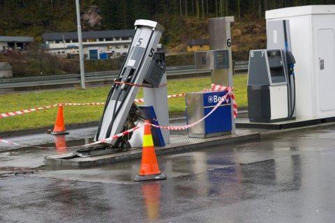 SMADRA: Ein lastebil har rive med seg dieselpumpa på bensinstasjonen i Naustdal.