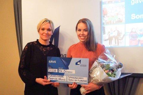 VELDIG KJEKT: Torunn Mattson og Sparebankstiftinga overraska Martine Håland med 50.000 kroner. Det syntes begge to var veldig kjekt.