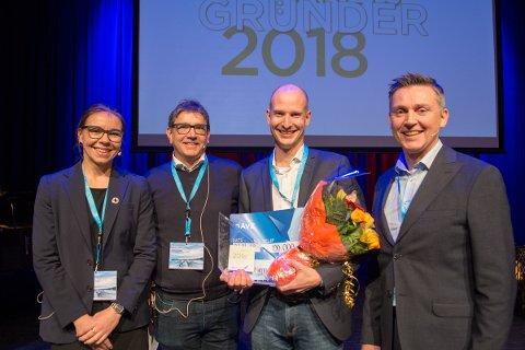 GRÛNDERPRIS: Edgeir Aksnes i Tibber (midten, til høgre) tok fredag imot prisen. Juryen bestod av Kristine Kopperud Timberlid, Trond Teigene (ytterst til høgre) og Kjetil Kvåle (nummer to frå venstre).