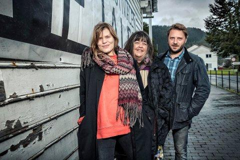 ARRANGØRANE: Miriam Prestøy Lie, Ingrid Hansen og Torkil Sandsund Lie arrangerer Teaterfestivalen i Fjaler.