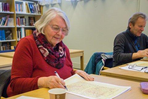 HISTORIEINTERESSERTE: Historieinteressa har teke Marie Løland og Ragnar Indrebø på lesegruppe i gotisk skrift. Dei er enige om at det er nyttig å kunne tyde gotisk handskrift når ein skal drive slektsforsking.