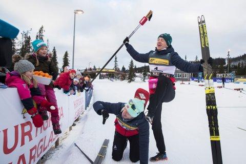 SJUSJØEN: Søndag var det storebror sin tur.  Tarjei Bø gjekk inn til 1.plass under  fellesstart skiskyting.  Her møter Johannes Thingnes Bø (under) og Tarjei publikum etter rennet.