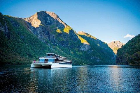 TEKNOLOGI: Kvar dag rullar vogntog etter vogntog med ost, melk, kjøt, fisk, bær, sylte, saft og mykje meir frå Nordfjord, Sunnfjord og Sogn til resten av landet og vi har skapt ny teknologi både på land og til sjøs for heile verda, skriv artikkelforfattaren. På bildet Turistbåten Vision of the Fjords får sommaren bygd ved Brødrene Aa i Hyen.