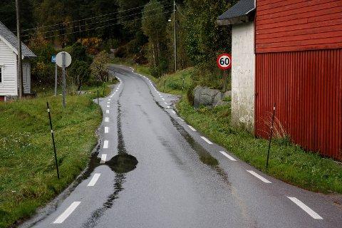 VISJON OM BETRE VEG: Slik er standarden på deler av dagen veg mellom Svelgen og Indrehus. Men kostnaden med den nye vegløysinga blir ei utfordring for fylkespolitikarane.