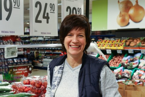 EI AV FÅ: Laila Irene Jakobsen er ei av berre 10 kvinner blant dei 100 som tente mest i fylket i fjor. Ho er kjøpmann på Rema 1000.– Ein må vere villig til ofre ein del, om ein skal ha ein slik jobb, seier ho.